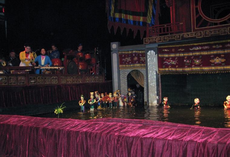 Små dockor på en scen av vatten.