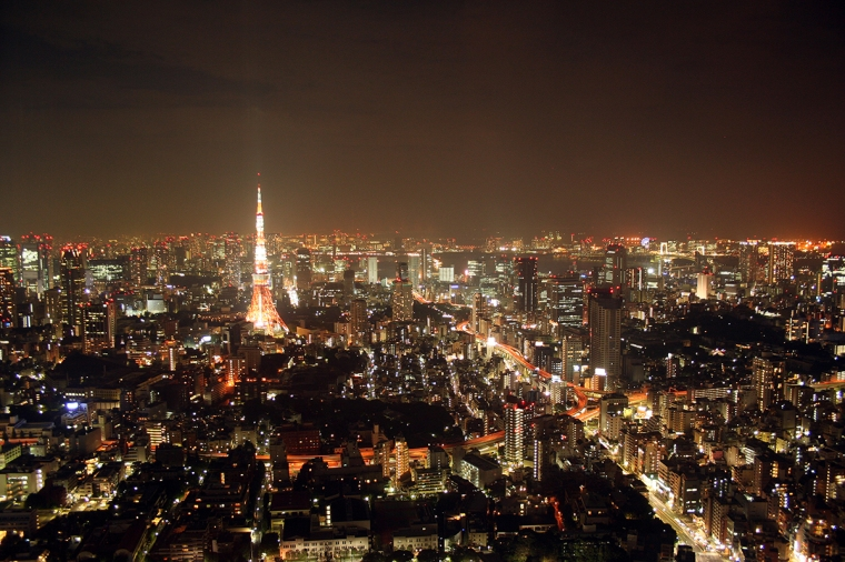 Kvällsbild över en storstad.