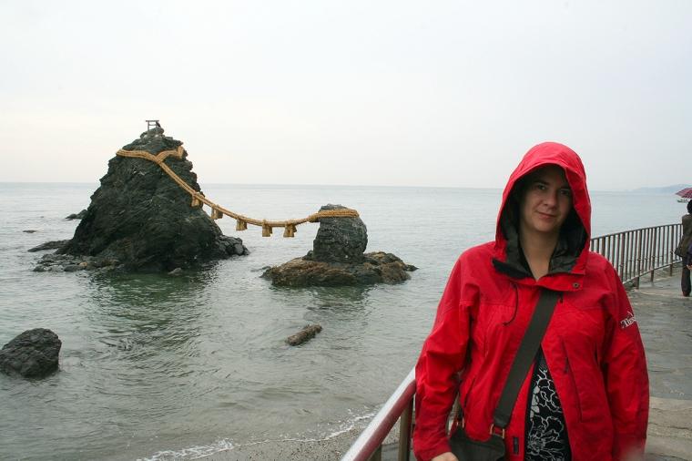 En stor och en liten klippa i vattnet som binds samman av kraftigt rep.