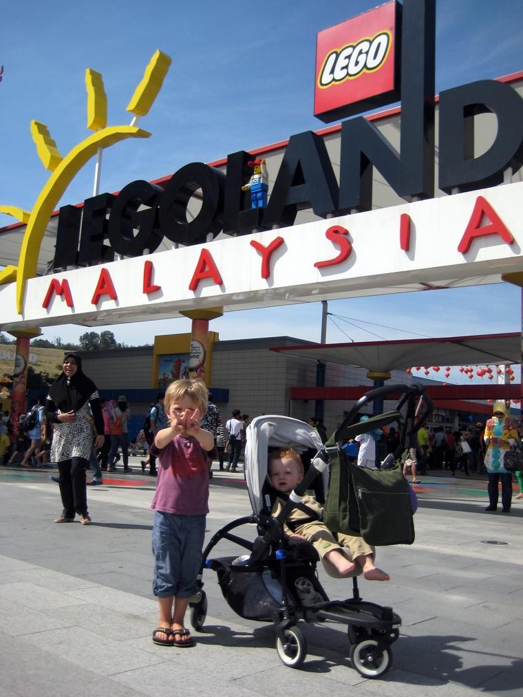 Två barn utanför ingången till ett Legoland.