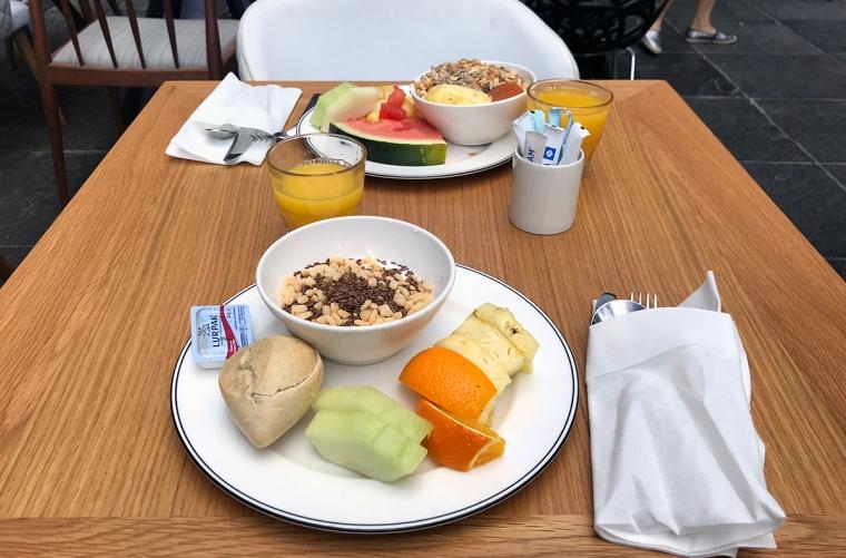 Ett bord med två personers uppdukade frukost.