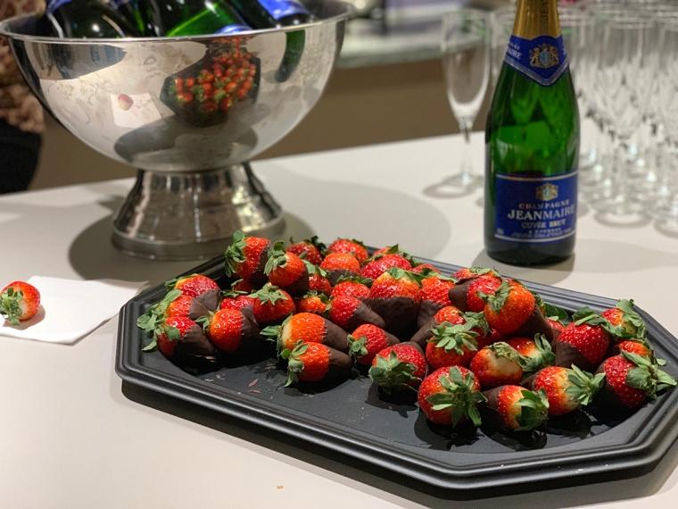 Ett fat med jordgubbar doppade i choklad.