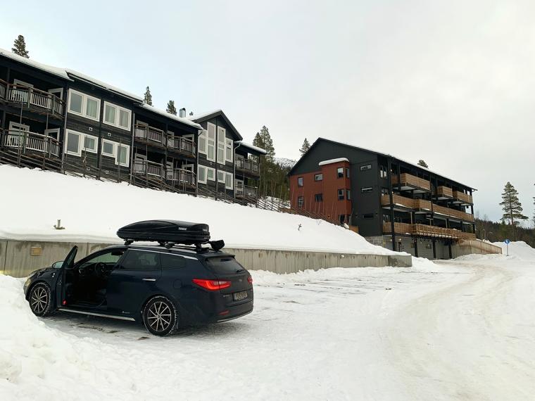 En bil på en helt tom parkering.
