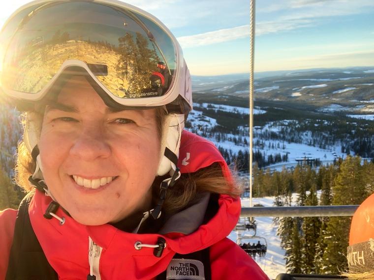 En selfie på en skidåkare med sol som reflekteras i glasögonen.