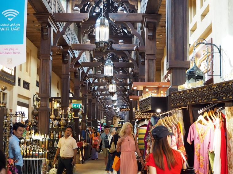 Långa rader med lampor i taket. Föräljning av kläder och sovenirer längs väggarna.