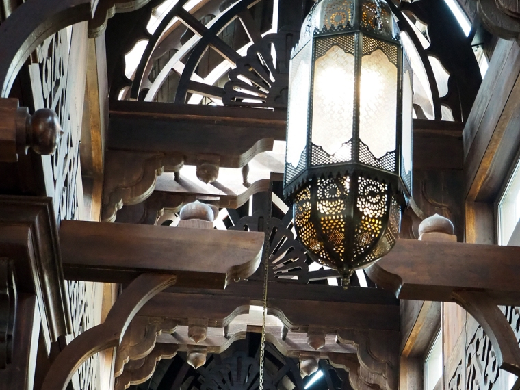 Detaljer med lampor och takbjälkar.