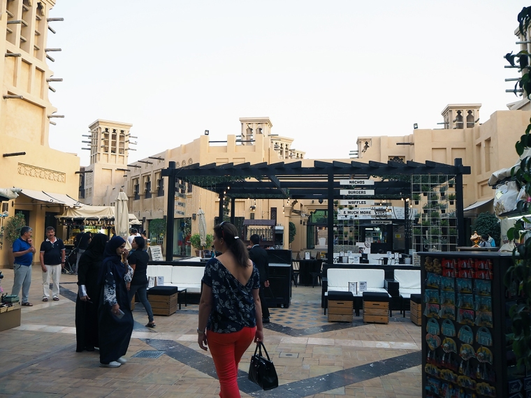 Restaurang i mitten och affärer runt omkring.