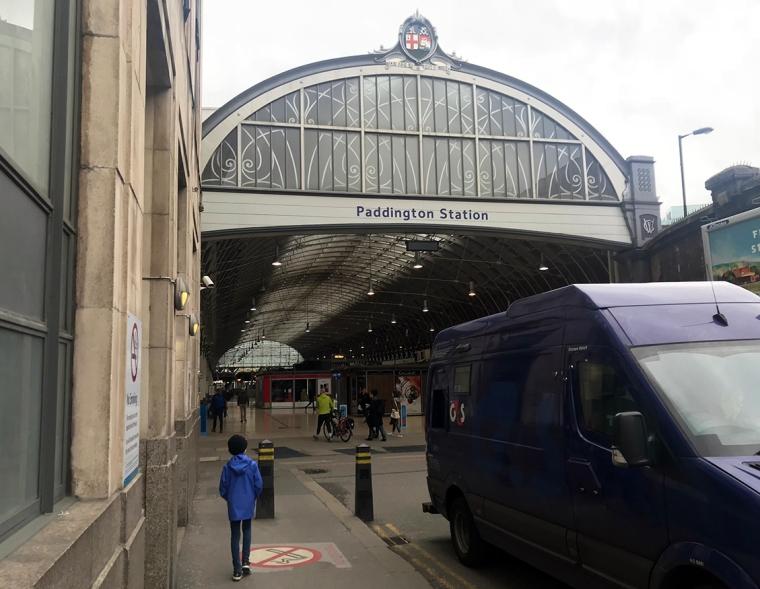 En ingång till en station med texten Paddington Station.