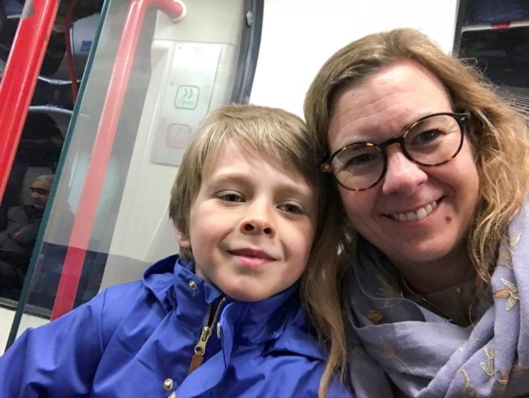En kvinna och ett barn tar en selfie på tunnelbanan i London.