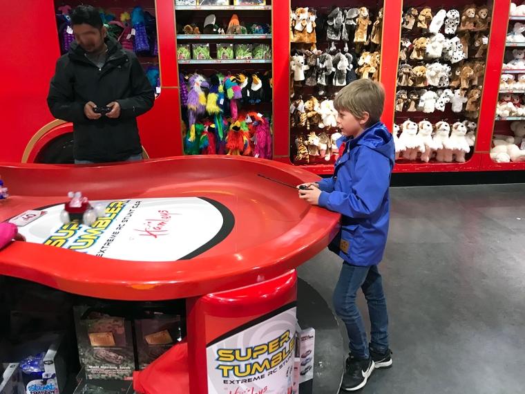 Ett barn provar en radiostyrd bil