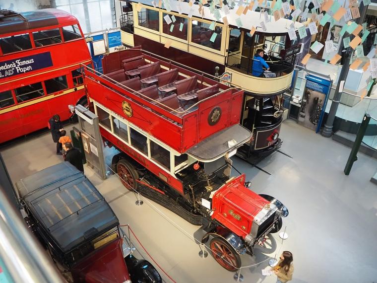 Olika gamla bussar och spårvagnar.