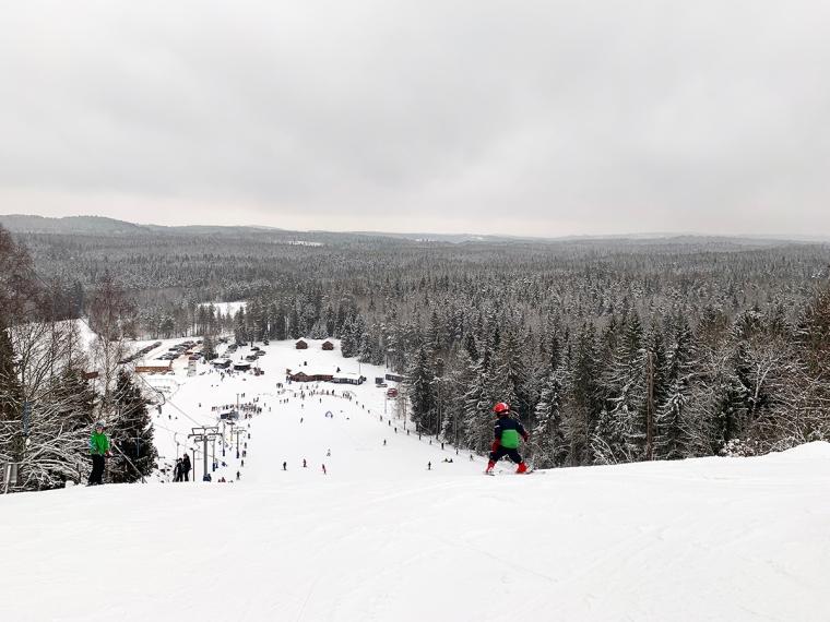 Högst upp i en slalombacke.
