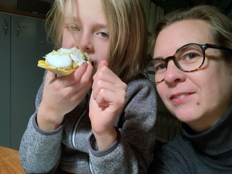 Ett barn som äter tacos.