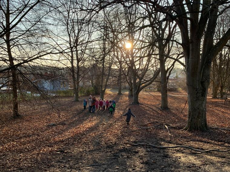 En skogsdunge med massa barn och ungdomar.