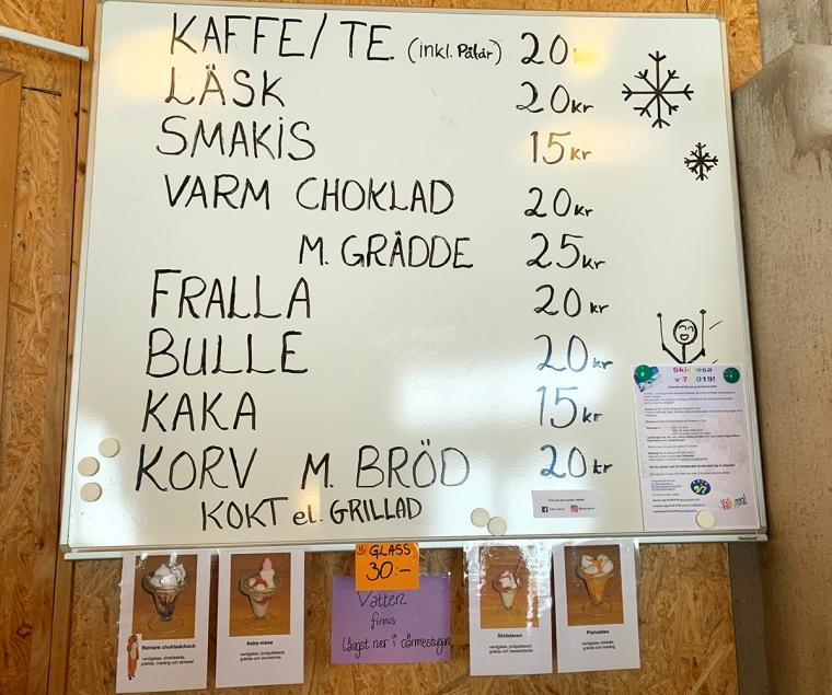 En pris lista. Exempel Kaffe 20 kr. Varmchoklad med grädde 25 kr. Korv med bröd 20 kr.