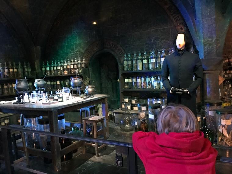 En uppbygd scen av ett klassrum på Hogwarts.