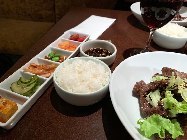 Koreansk mat upplagt på fat.
