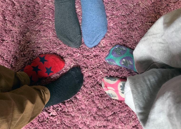 3 par fötter med oliak strumpor.