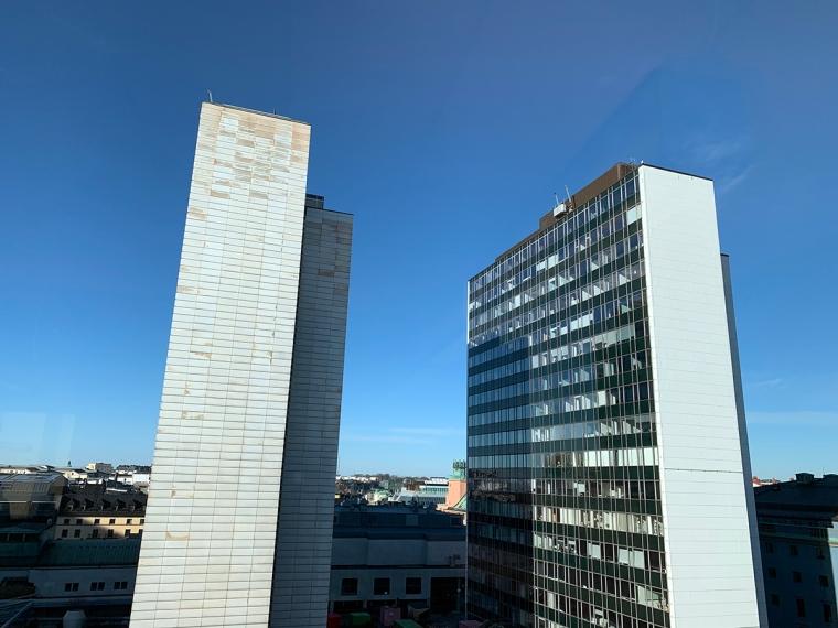 Två höghus och en blå himmel (Hötorgsskrapor)