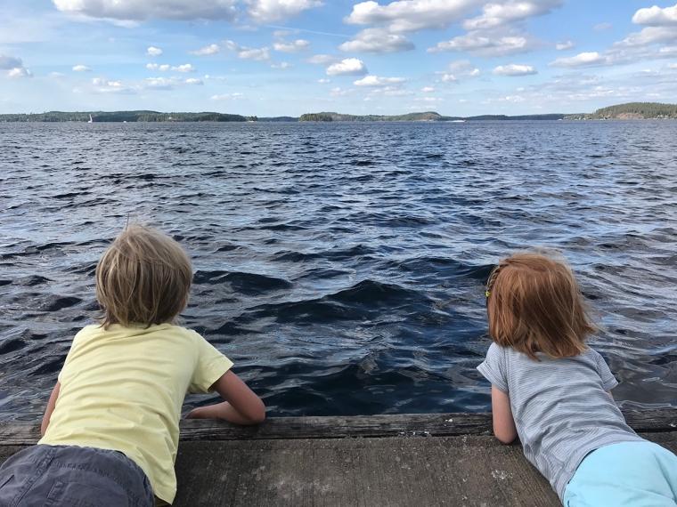 Två barn på en brygga.