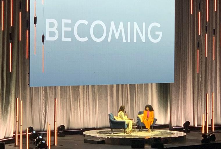 En scen med två kvinnor sittande i var sin fotölj.
