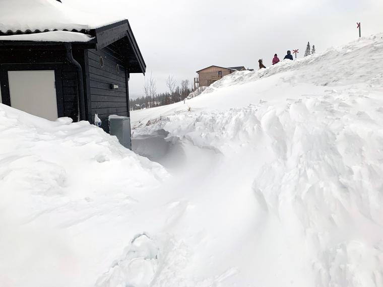 Massa snö utanför ett hus.