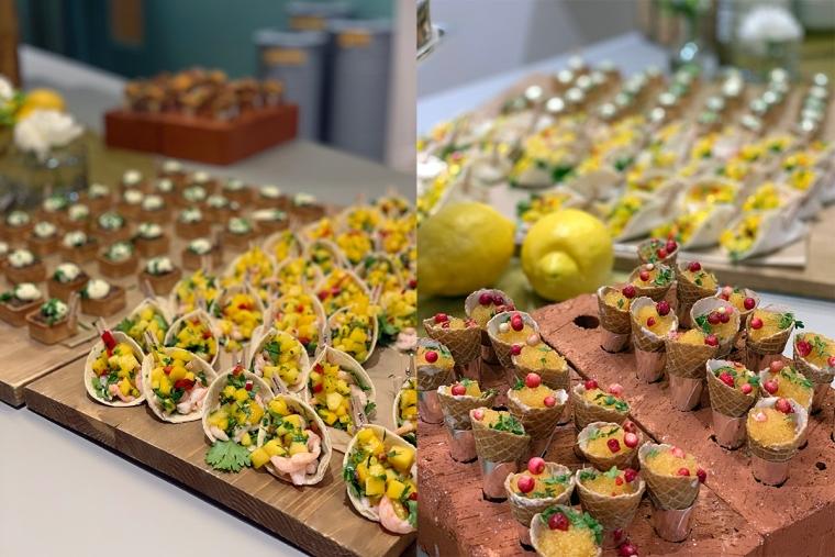 Canapéer med mango/räkor och löjrom/rosépeppar.
