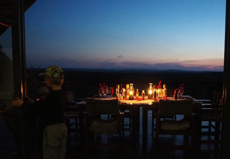 Ett uppdukat middagsbord med levande ljus.
