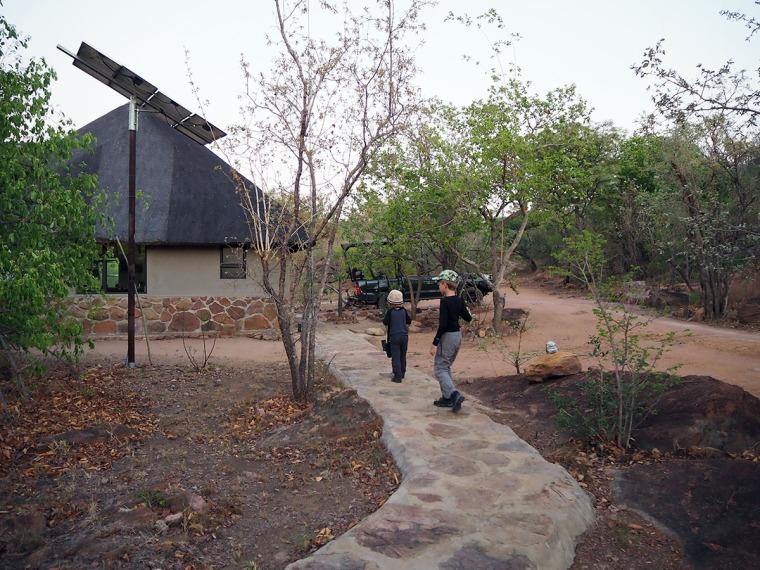 Två barn går på en stenlagd gångväg.