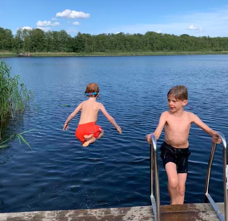Två barn vid en badbrygga.