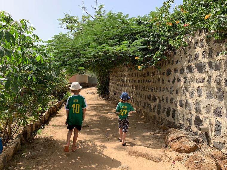 Två barn med gröna fotbollströjor och texten Mane 10.