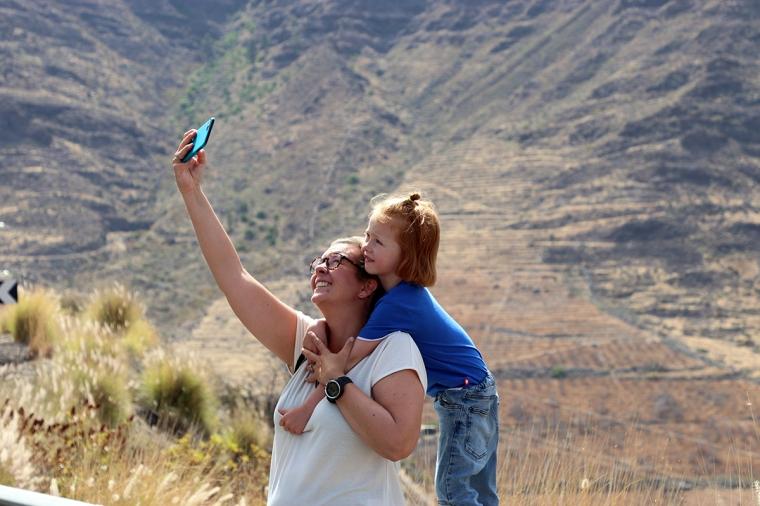 En kvinna och ett barn tar en selfie.
