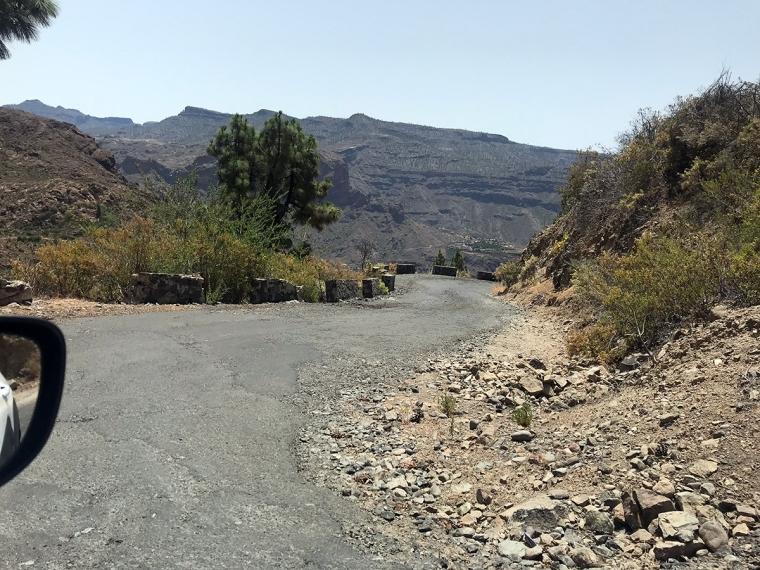 En väg med lappad asfalt.