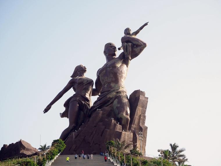 En staty i brons föreställande en kvinna, en man och ett litet barn.