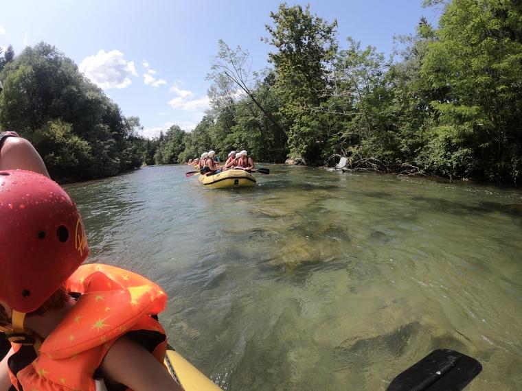 En grön flod med gula flottar.