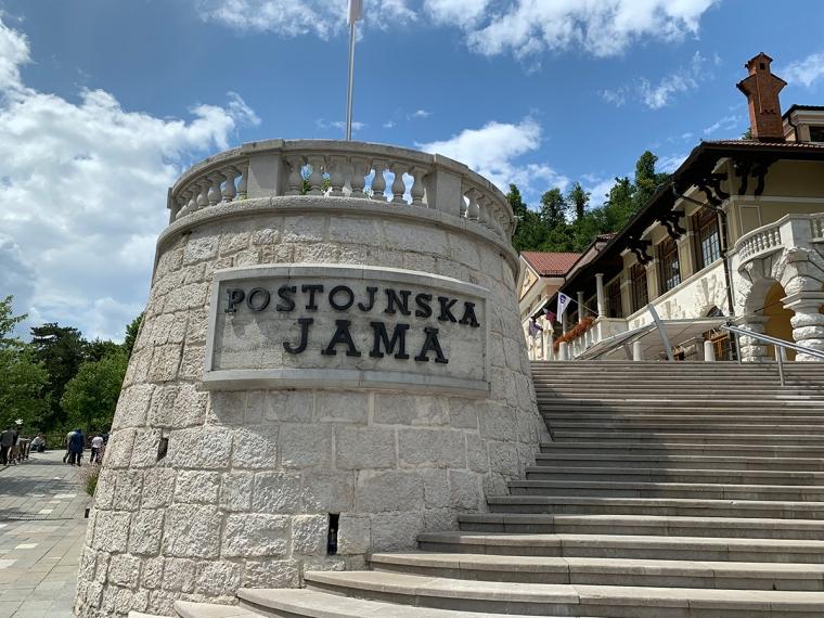 En mur med en skylt med texten Postojnska Jama