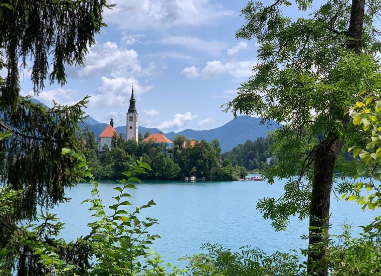 En sjö med en ö med en kyrka.
