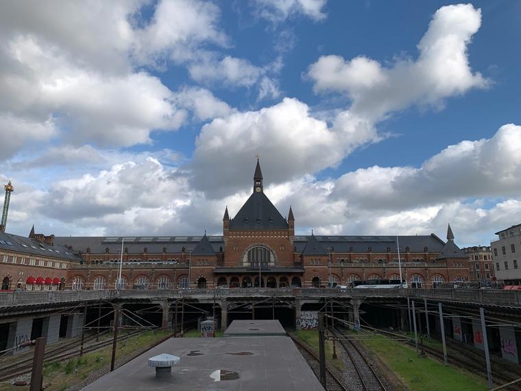 En tågstation i brunt tegel.