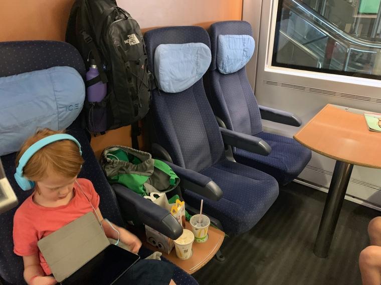 Blå sätten där ett barn sitter.