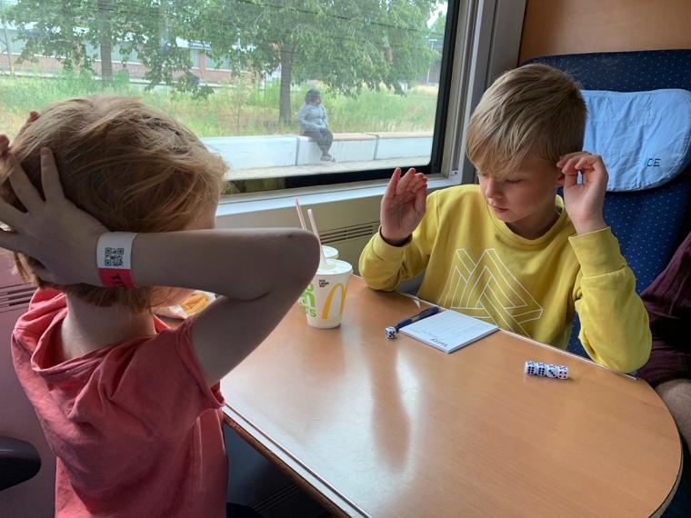 Två barn spelar Yatzy.