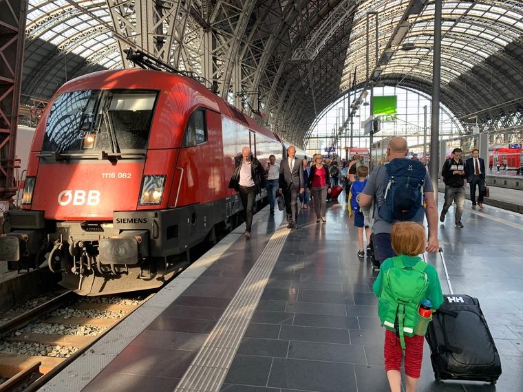 En tågperrong med ett rött tåg.