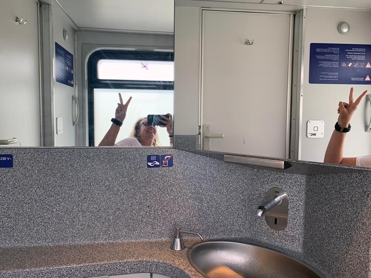 Innefrån en tallet på ett tåg.