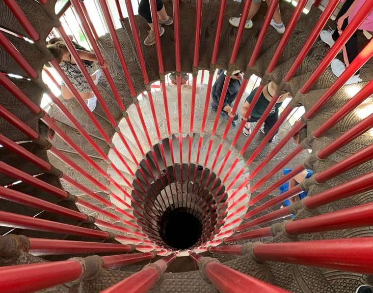 En röd spiraltrappa i metall.
