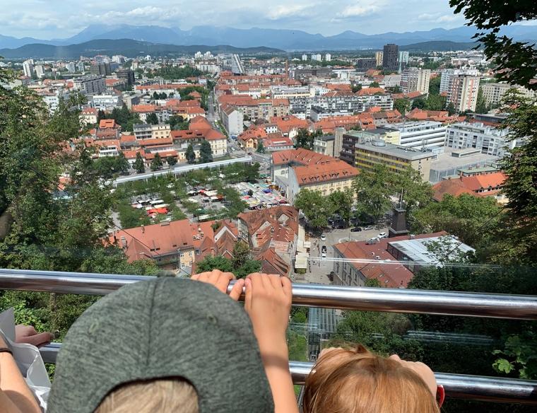Utsikt över en stad men berg i bakgrunden.