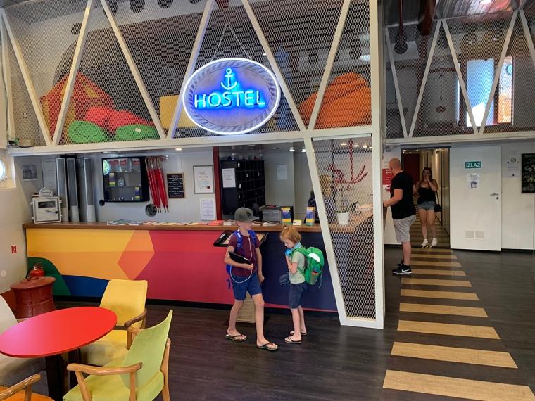 Två barn står i en färgglad reception.