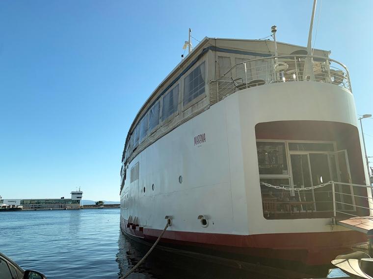 En vit båt med en öppen akter.