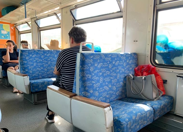 Tågvagn med småsoffor för två personer.