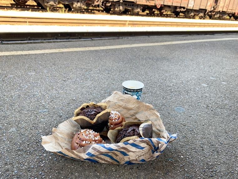 Bullar och en kopp kaffe står på en perrong.
