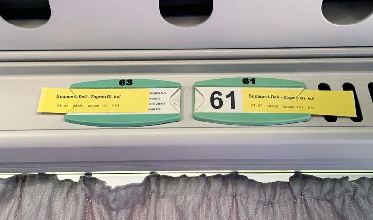 Gula lappar i taket på en tågvagn. Budapest-Deli-Zagreb Gl kol.