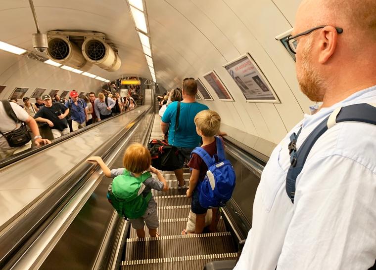En rulltrappa full med människor.